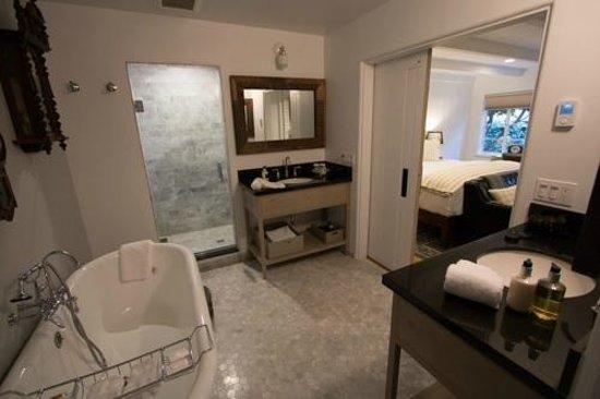 Vagabond's House Inn: Spacious bathroom with large shower.