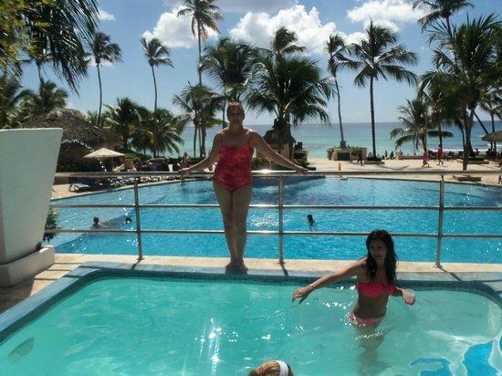 Viva Wyndham Dominicus Beach: disfrutando dehidromasaje en la terraza de la piscina