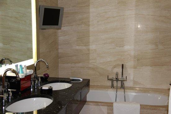 Mandarin Oriental, Prague: Banheiro com TV