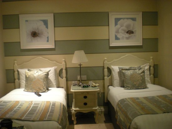 International Hotel Killarney: Twin beds in a standard room