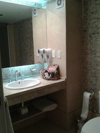 Villaggio Hotel Boutique: banheiro espacoso e decoracao moderna