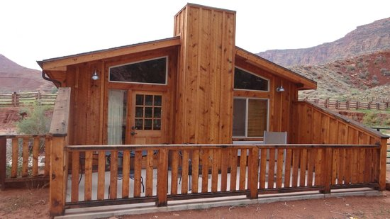 Red Cliffs Lodge: Our Cabin Patio