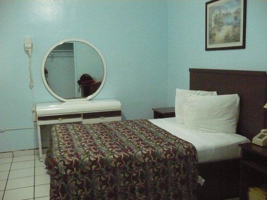 Parkway Inn Airport Motel: Room