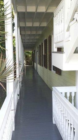 Island City House Hotel : Porch pathway