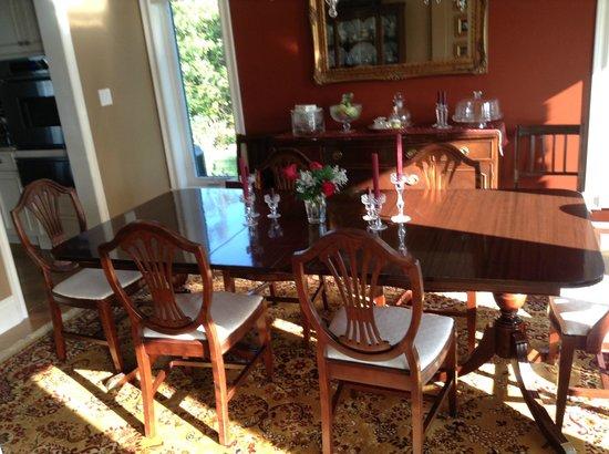 Ard Macha Bed and Breakfast: Sunny dining room at Ard Macha B&B.