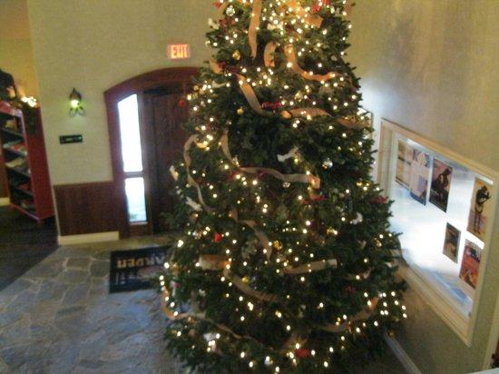 Oregon Garden Resort: Lobby Christmas Tree