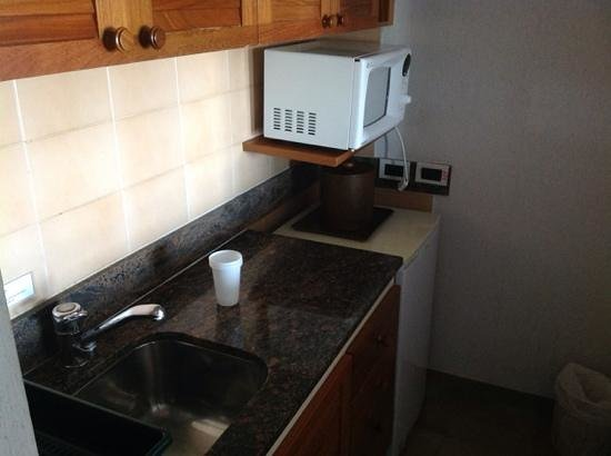 Las Dunas Hotel: pequeña cocina. muy comodo para ir en familia con heladera