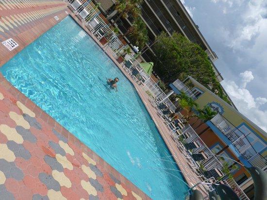 Plaza Beach Hotel - Beachfront Resort: Super warm pool