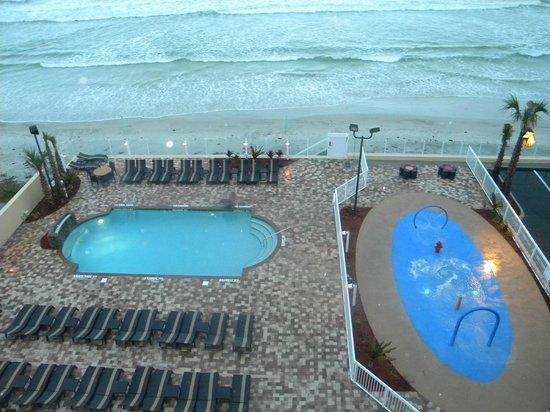 Hampton Inn Daytona Beach/Beachfront: View of the pool area and beach from our room