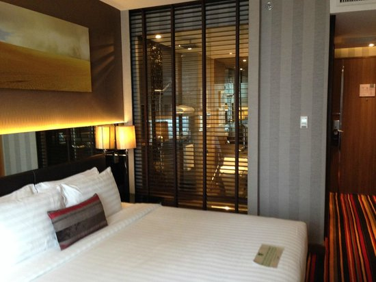 The Continent Hotel Bangkok by Compass Hospitality : Bathroom from the bedroom