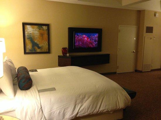 Renaissance Orlando at SeaWorld: Bed and TV