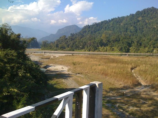Bhalukpong Tourist Lodge: Background view from the hotel ground