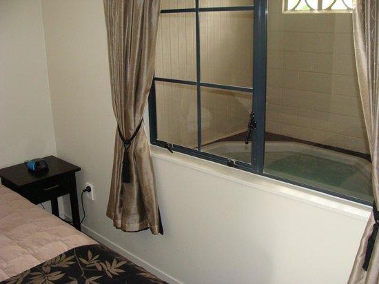 Sport of Kings Motel : Spa from bedroom
