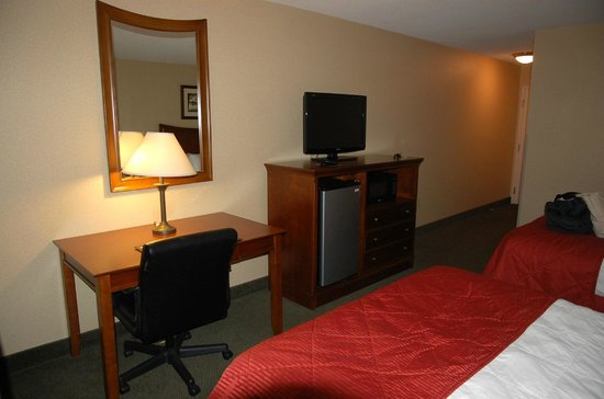 Clarion Inn & Suites: TV, fridge and desk