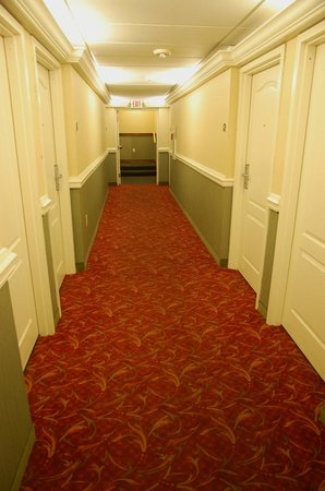 Clarion Inn & Suites : The hall leading to the reception area