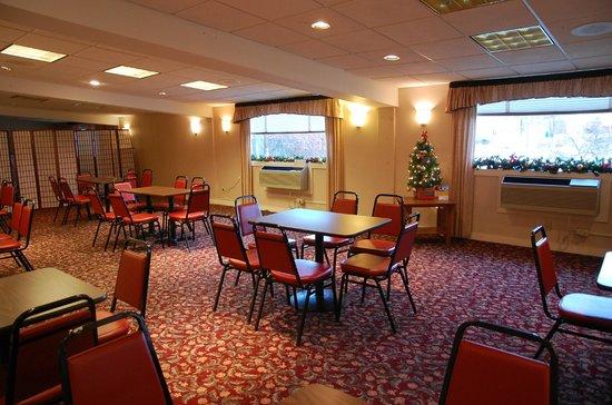 Clarion Inn & Suites: Breakfast room (#2 of 2)