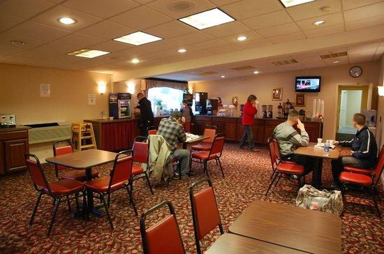 Clarion Inn & Suites : Breakfast room (#1 of 2)
