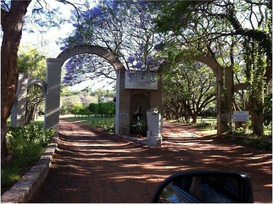 Shangri-La Country Hotel & Spa: entrance driveway