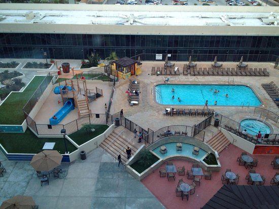 Hilton Anaheim : view from 11th floor of pool area