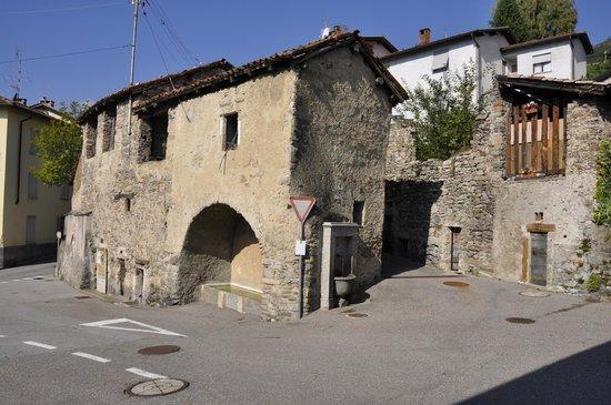 Guesthouse Arosio B&B: Arosio, Alto Malcantone, piazza della fontana
