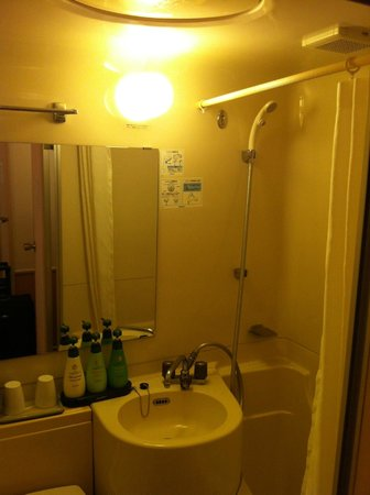 Dotonbori Hotel: Tiny little bathroom. Top of my head touch the ceiling at shower area (I am 6ft 2)