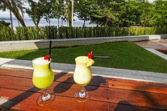 JavaCove Beach Hotel: Cocktails with a view