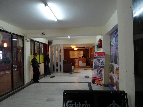Gaju Suite Hotel: Lobby area.