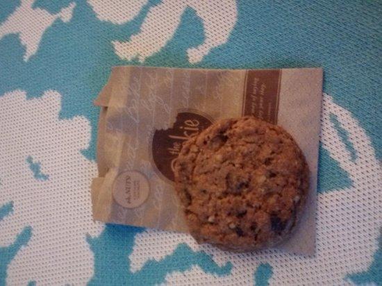 DoubleTree by Hilton Alana - Waikiki Beach: double tree signature cookie.. yummy!!!