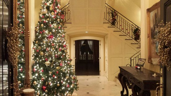 Fountainview Mansion: Foyer at Christmas 2013