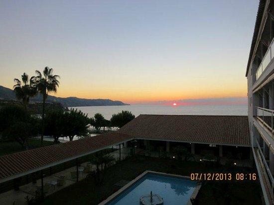 Parador de Nerja: Preciosa puesta de sol desde la habitación