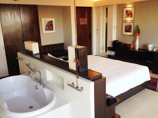 Amari Garden Pattaya: My room with the cool bathtub!