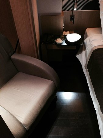 Crowne Plaza Hotel Milan City: bellboy replace seat