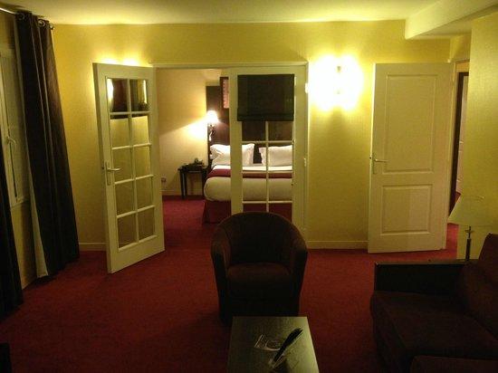 Plessis Grand Hotel: La suite comprenant la chambre au fond puis le salon en premier plan.