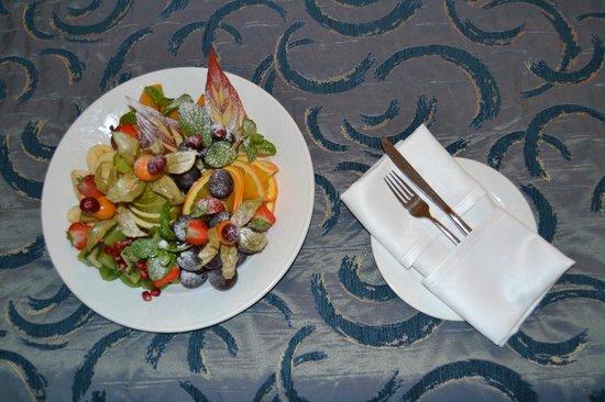 Hotel Avalon: plate of fruite