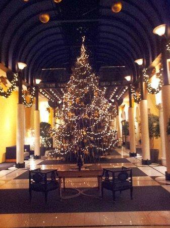 Victoria Jungfrau Grand Hotel & Spa : Lobby Christmas tree