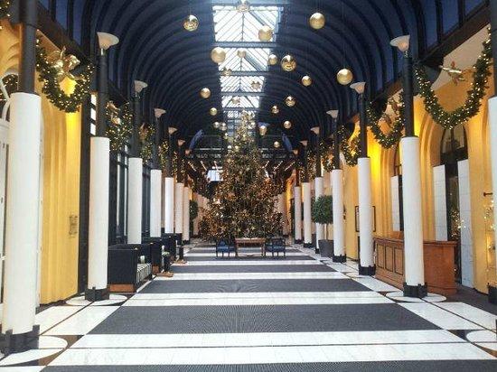 Victoria Jungfrau Grand Hotel & Spa: Hotel Lobby christmas time