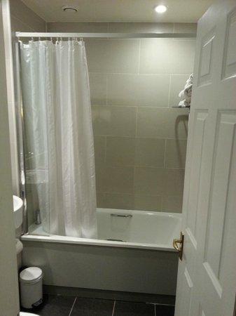 Edinburgh City Hotel: Bathroom