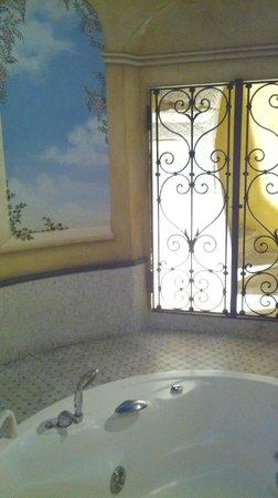 Hotel Alba Palace: grata con scala antica nella zona idromassaggio