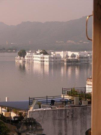 Hotel Krishna Niwas : habitaciones vista al lago
