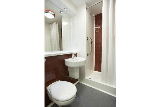 Travelodge Glossop: Bathroom with shower
