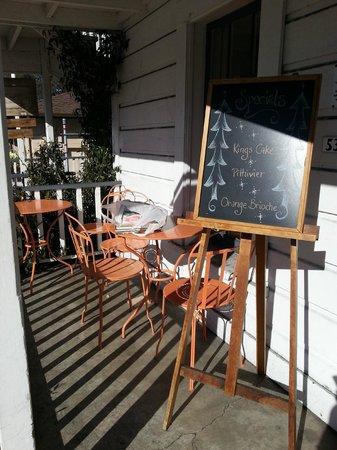 Parker-Lusseau Pastries: Терраса перед кафе