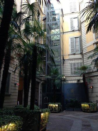 TownHouse Galleria : 奥のエレベーターを上がるとロビー