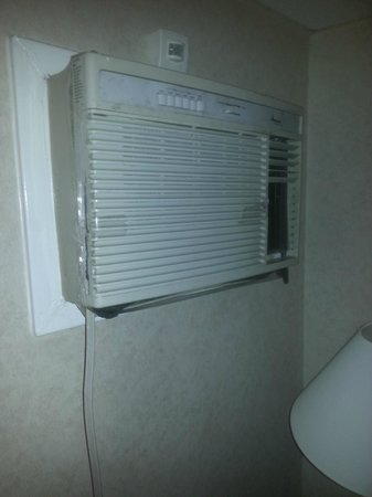 Motel 6 Elizabeth - Newark Liberty Intl Airport : The AC/Heatung unit held together by tape