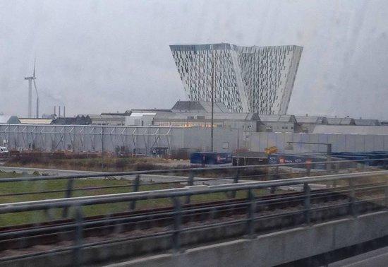Crowne Plaza Copenhagen Towers : Infront of train and metro