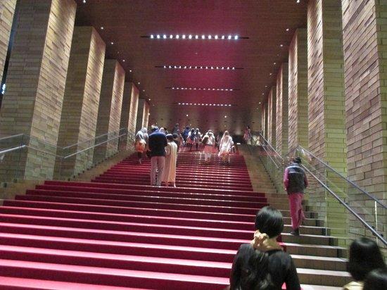 Festival Hall : 入り口を入ったところに絨毯の敷いた階段。エスカレーターもあります