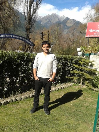 Honeymoon Inn Manali : In front of Hotel
