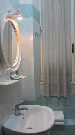 A Casa di Serena a San Pietro: Small, functional bathroom