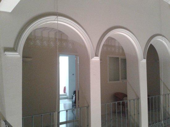 Suites Sevilla Plaza : Kamer gezien vanaf de patio