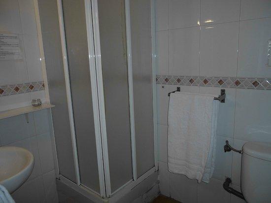 Hostal Central: Baño habitación 8