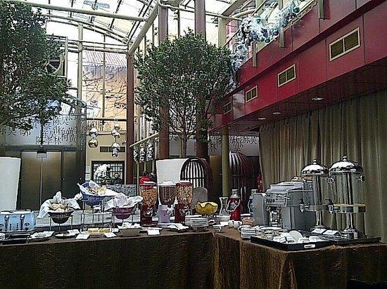 AMOY by Far East Hospitality: レセプションの横で朝食を食べます